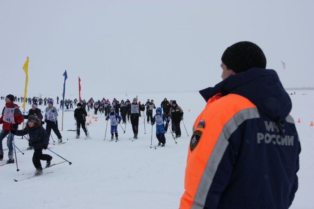 Безопасность участников «Лыжни России» в Архангельске обеспечивали сотрудники МЧС.