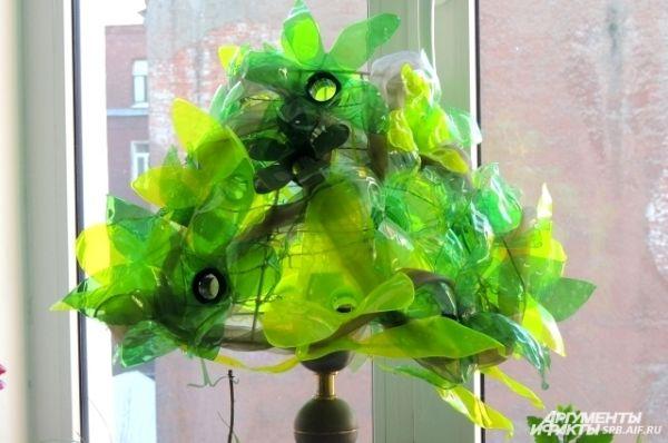 На подоконнике у Гюзель распускаются цветы из бутылок.