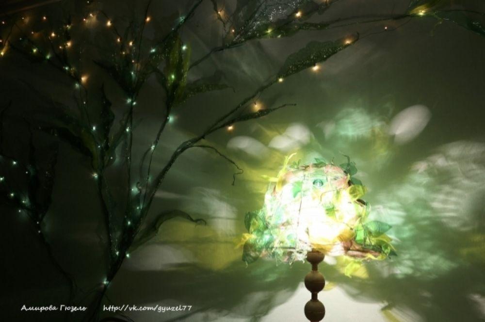 По вечерам стена в комнате художницы смотрится волшебно.