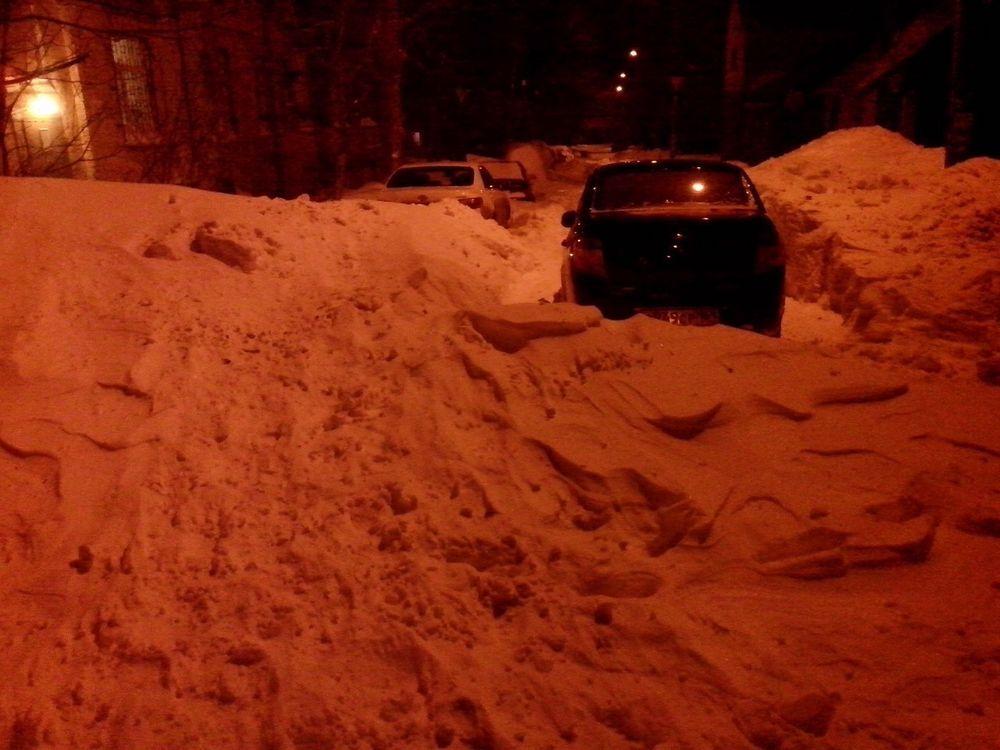 Практически каждый двор в донской столице напоминает снежные катакомбы.