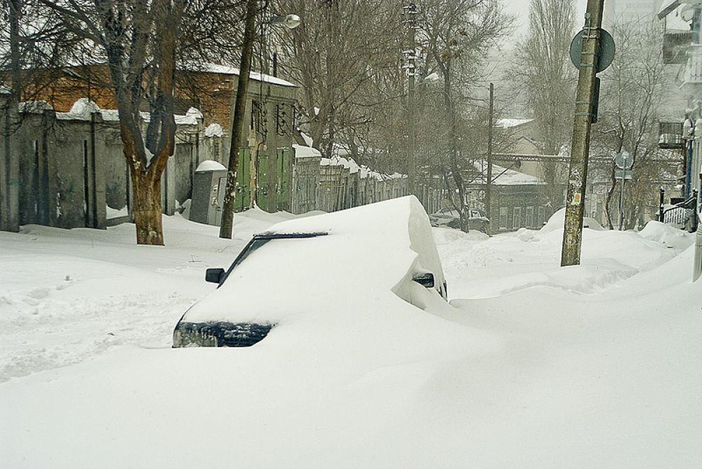 После сильного снегопада ростовских автомобилистов волнует еще один вопрос: когда все это начнет таять...
