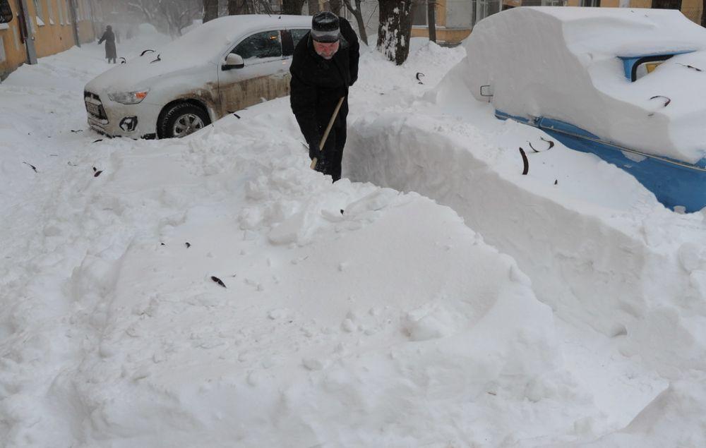 Мэр Ростова Михаил Чернышев признал, что коммунальной техники для расчистки города от снега не хватает, и попросил ростовчан помочь, - выйти на улицы с лопатами и расчистить дороги.