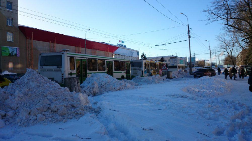 Общественный транспорт работает с перебоями. Людям приходится около часа ждать автобус, замерзая на остановке.