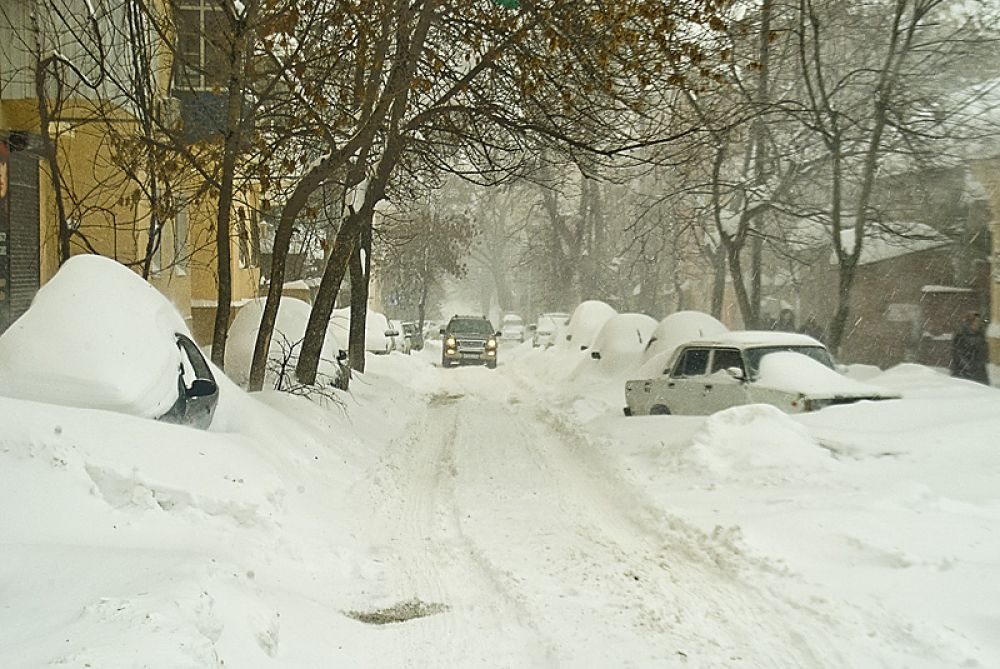 Брошенные в снегу автомобили - привычная картина, которую можно наблюдать в Ростове сегодня
