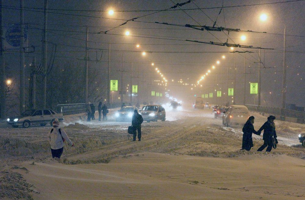 Проспект Стачки. В обычные дни - одна из самых загруженных дорог. Люди вынуждены выходить на проезжую часть дороги и идти пешком.