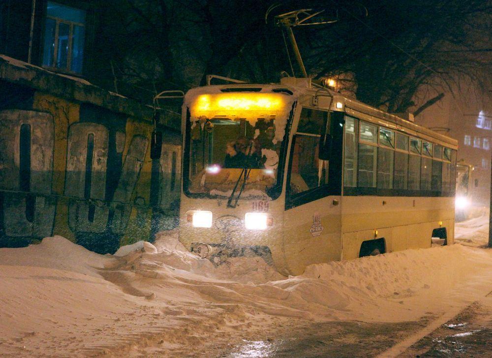 Единственный транспорт, который стабильно ходит - трамваи