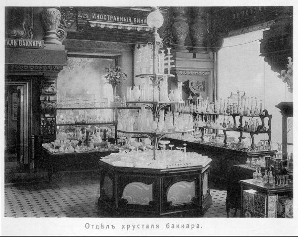 Ежедневно в Елисеевском разливалось около 15 тысяч бутылок разнообразных вин. Выбрать сорт по душе у Елисеева помогал покупателям приказчик.