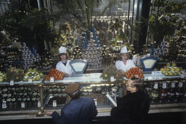 В советские годы магазин-храм стал «Гастрономом №1», но в народе он так и остался - Елисеевским