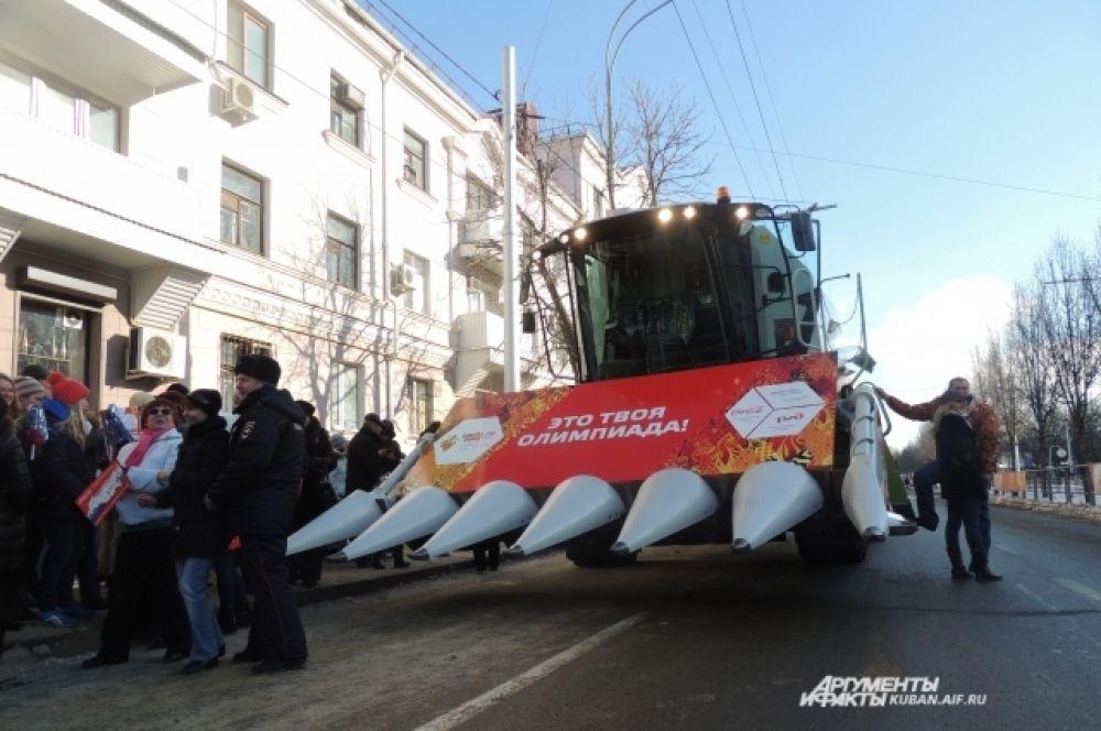 По улице Ставропольской проехал комбайн