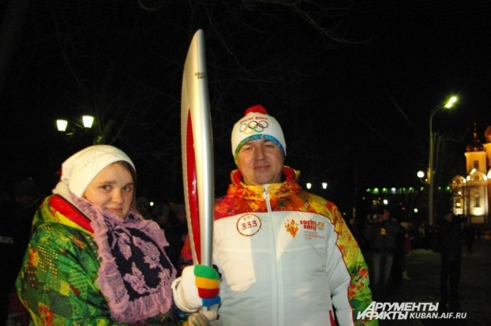 Факелоносец Ильдар Халимов вместе с волонтером