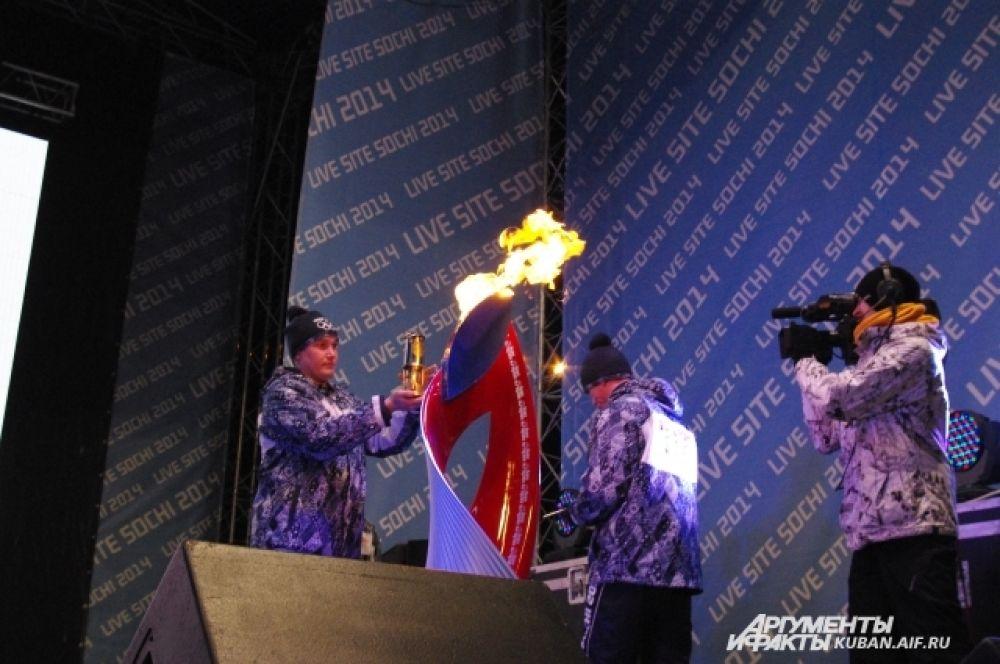 Хранители Олимпийского огня готовятся поместить его в лампаду