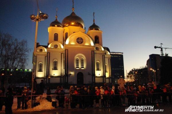 Возле Собора Александра Невского собрались сотни краснодарцев, отсюда начиналась финальная часть Эстафеты - к Театральной площади