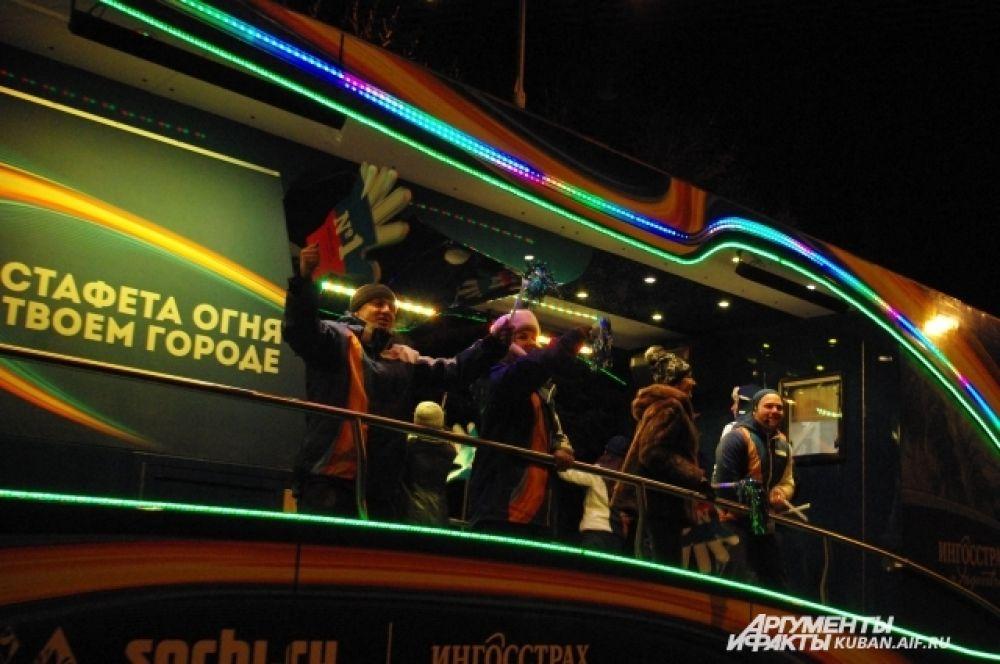 Пока горожане ждали Эстафету, их развлекали красочные автобусы спонсоров мероприятия