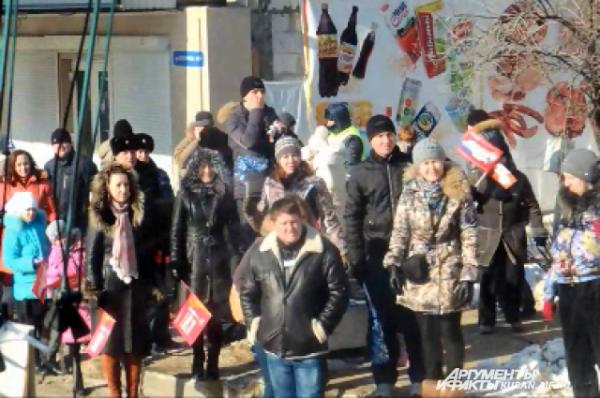 Краснодарцы на улице Суворова встречают факелоносцев