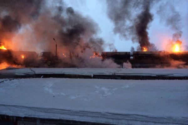 К настоящему моменту пожарным удалось локализовать возгорание. На месте происшествия работает 16 пожарных расчетов и 25 единиц техники.