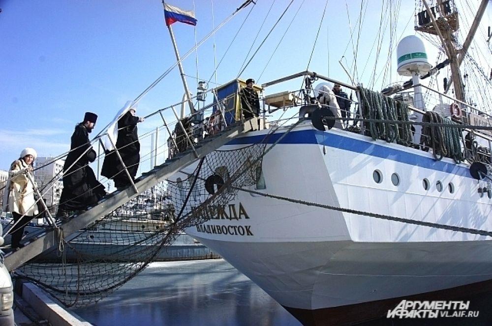 Гости поднимаются на палубу парусник «Надежда».