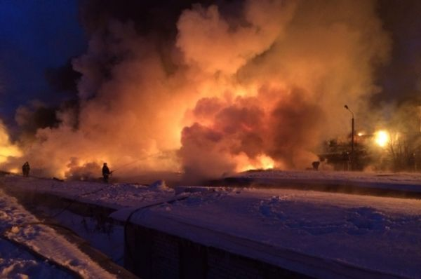 В среду в 4:30 мск на 710 километре Горьковской железной дороги произошел сход вагонов с газовым конденсатом. Причиной возгорания цистерн, предположительно, стал обрыв контактной сети.