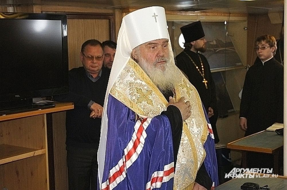 Митрополит Вениамин благословляет моряков в рейс.