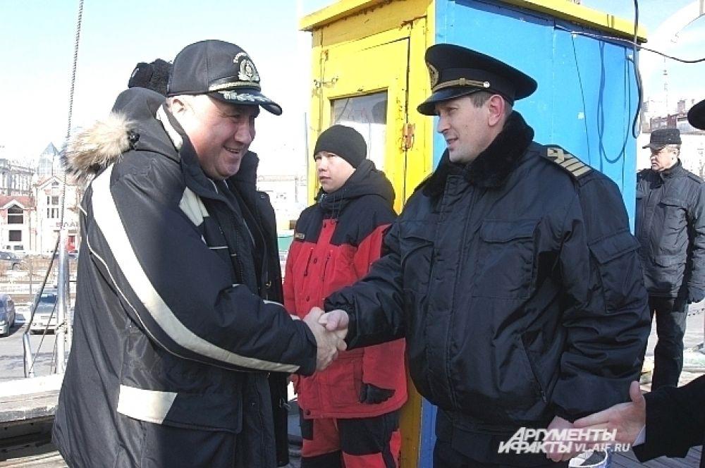 На борту гостей встречал экипаж.