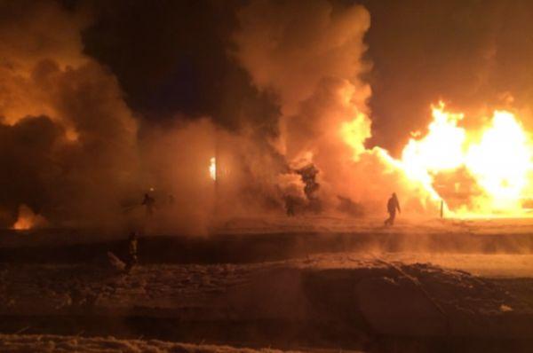 Спасатели эвакуировали около 400 человек из близлежащих жилых домов и хлебозавода. Людей временно разместили в Доме культуры «Россия»