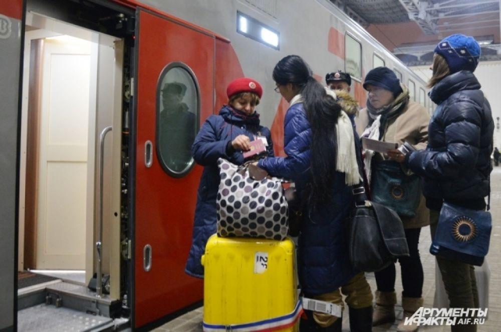 В Сочи я ехал поездом.Сейчас путь из Москвы в Сочи занимает всего сутки. Со мной ехали и волонтёры из Москвы (им оплачивают 50% стоимости билета)