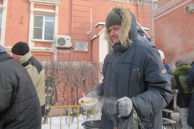 Горячие обеды для бездомных - спасение от холода.