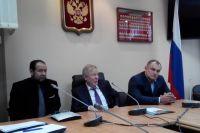 Иван Грачёв (на фото - в центре) подчеркивает, что поддерживает инициативы по наведению порядка в финансовых отношениях в энергетике и ЖКХ.