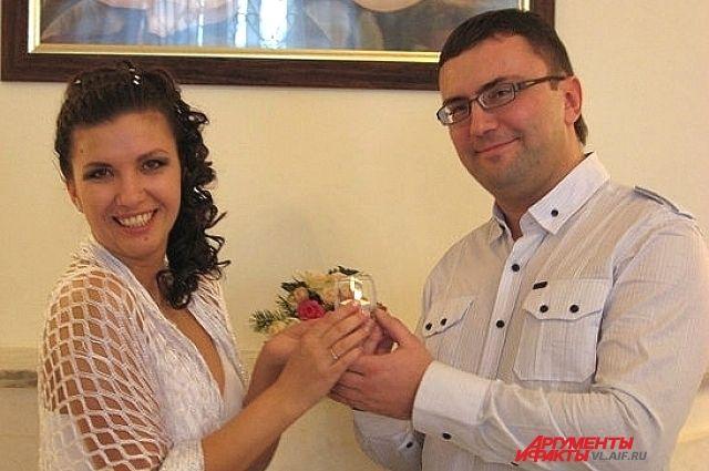 Молодая пара, которая любит отмечать День Валентина.