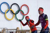 В Олимпийском Сочи спортсмены готовятся к предстоящим соревнованиям, но кто же из них принесет первую золотую медаль в копилку сборной России? На фото: Евгений Устюгов и Алексей Волков.