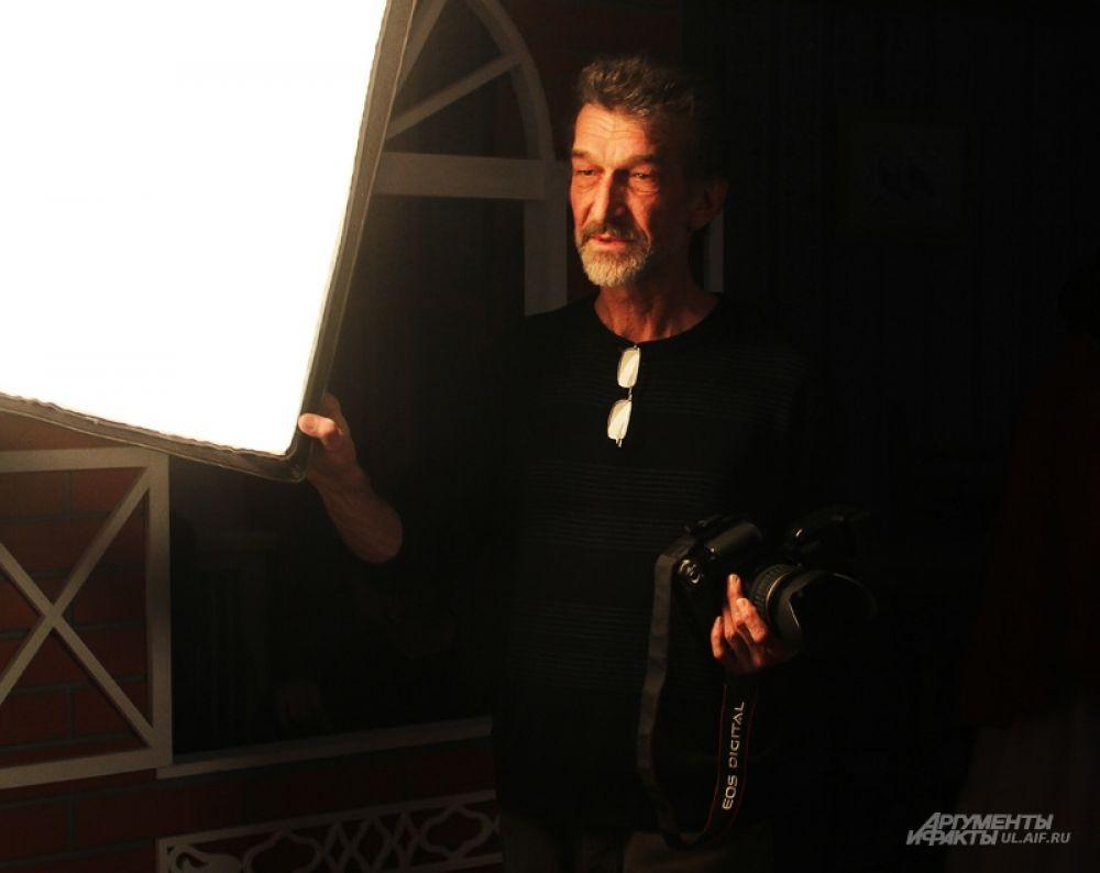 Фотограф Валерий Дурнов инструктирует очередную модель.