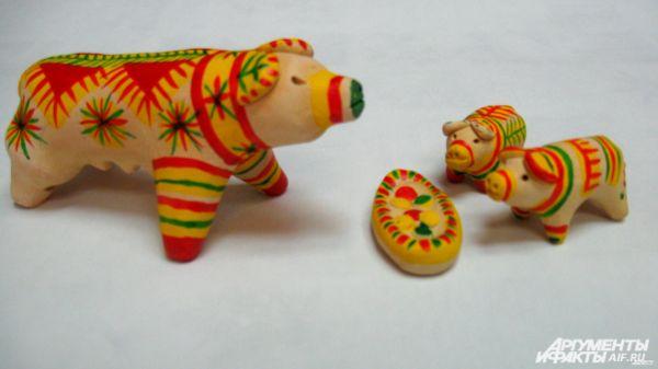 Фигурки животных покрывают разноцветными полосками, ростками, точками.