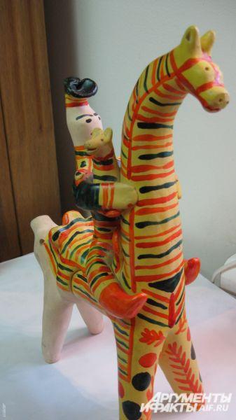 Игрушки делают из пластичной глины-синики. При сушке она оседает и трескается, поэтому мастеру приходится несколько раз поправлять и невольно вытягивать фигурки.
