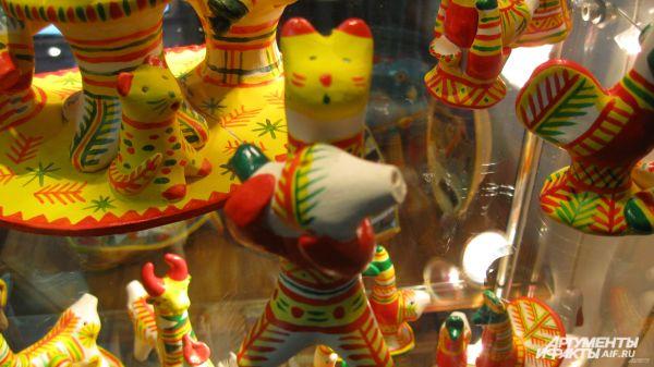 В геометрическом орнаменте филимоновской игрушки часто встречаются древние знаки, символизирующие солнце: ромбы, зигзаги, круги, елки, скрещенные линии, заключенные в круг.