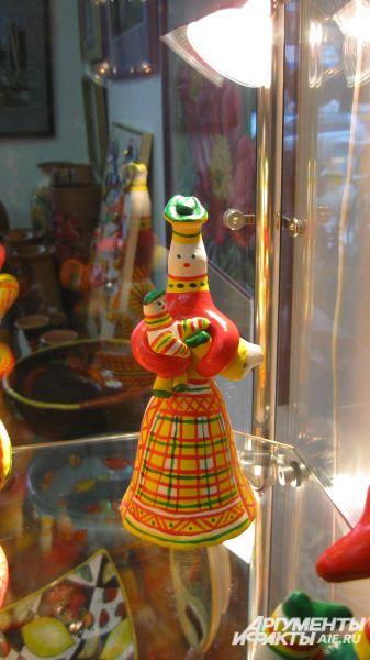 Любая филимоновская игрушка – это свистулька, однако сам свисток, по традиции, делают только в хвосте зверей или птиц на руках у фигурок людей.