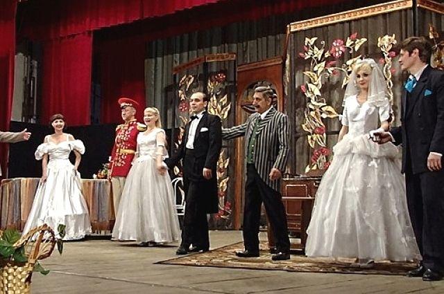 Сцена из спектакля «Тётка Чарлея».