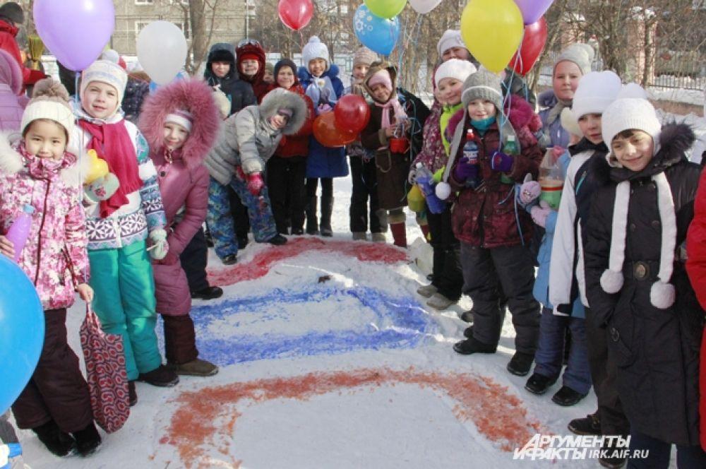 Покрашенной водой ребята вывели на снегу слово Sochi