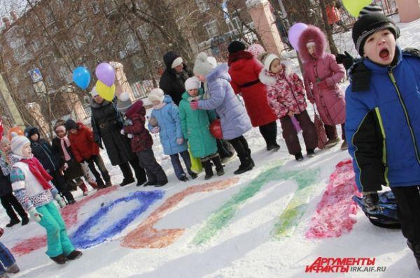 Работа шла весело. Детям очень понравилось рисовать на снегу.