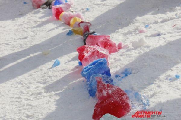 Для своего флэшмоба дети заготовили несколько килограммов цветного льда.