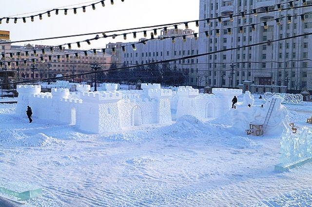 Снежная крепость на главной площади Хабаровска