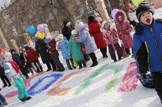 Символ зимних игр ребята изобразили во дворе своей школы.