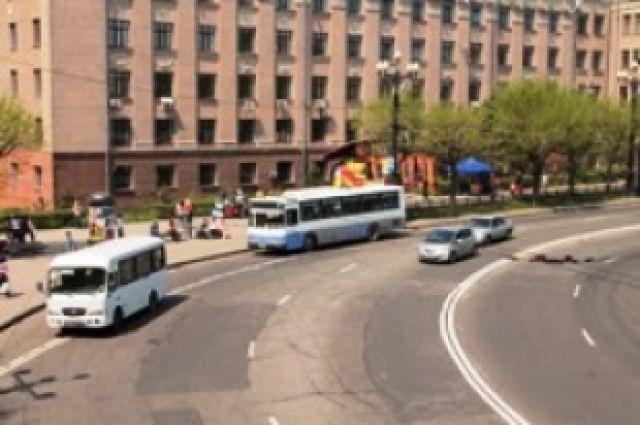 Остановка гордского транспорта в центре Хабаровска