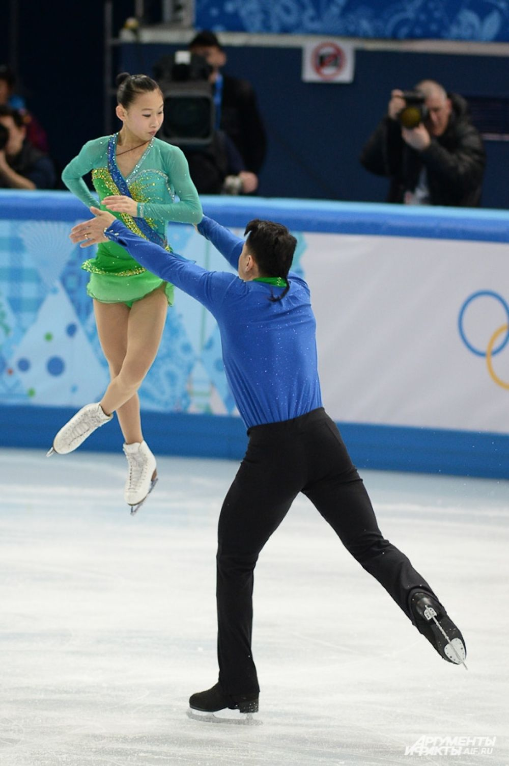 Китайцы Чень Пен – Хао Чжан заняли третьей место в короткой программе на соревнованиях спортивных пар командного турниар в Сочи. Судьи поставили им 71,01 балла