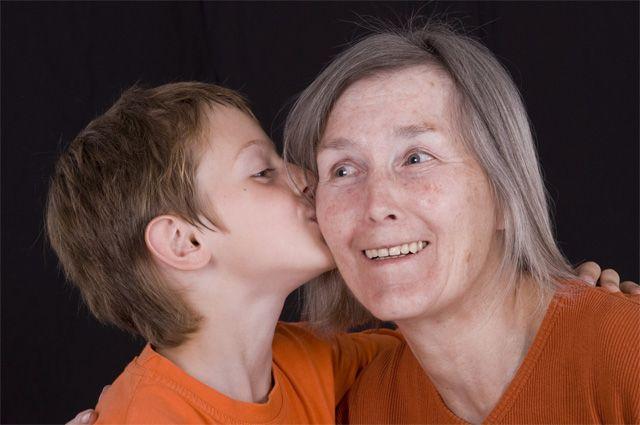 Бабушка сесет у внука