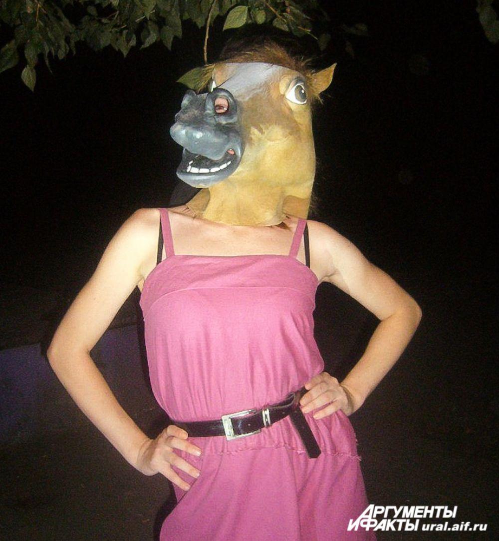 У друзей девушки никогда не возникает вопроса: что подарить? Конечно, лошадь. Или маску лошади…