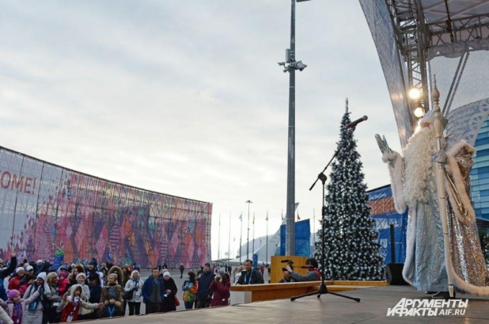 Дед Мороз появился перед публикой и зажег елку, но только после того, как гости сделали с ним олимпийскую зарядку.