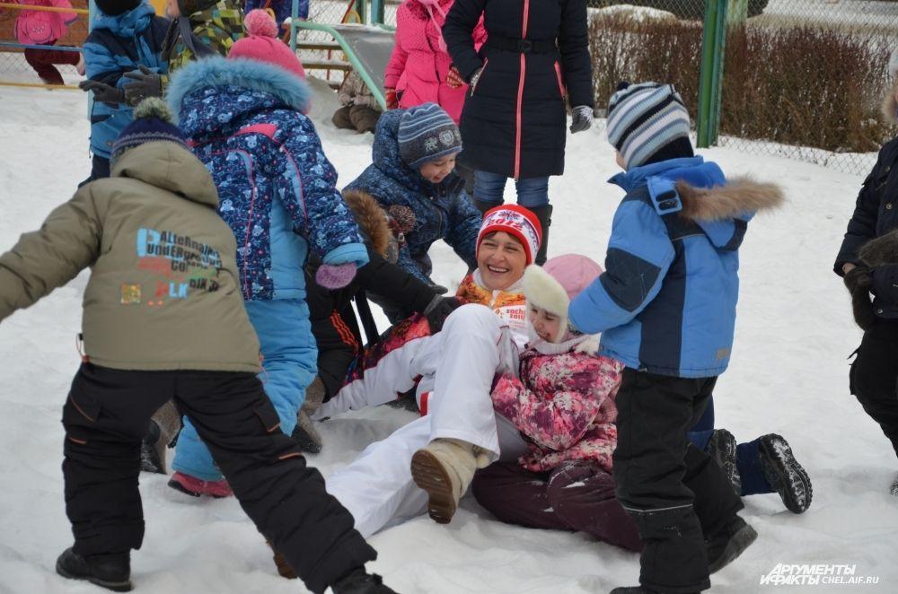 Зимние виды спорта пока дети осваивают с любимым педагогом по физкультуре.