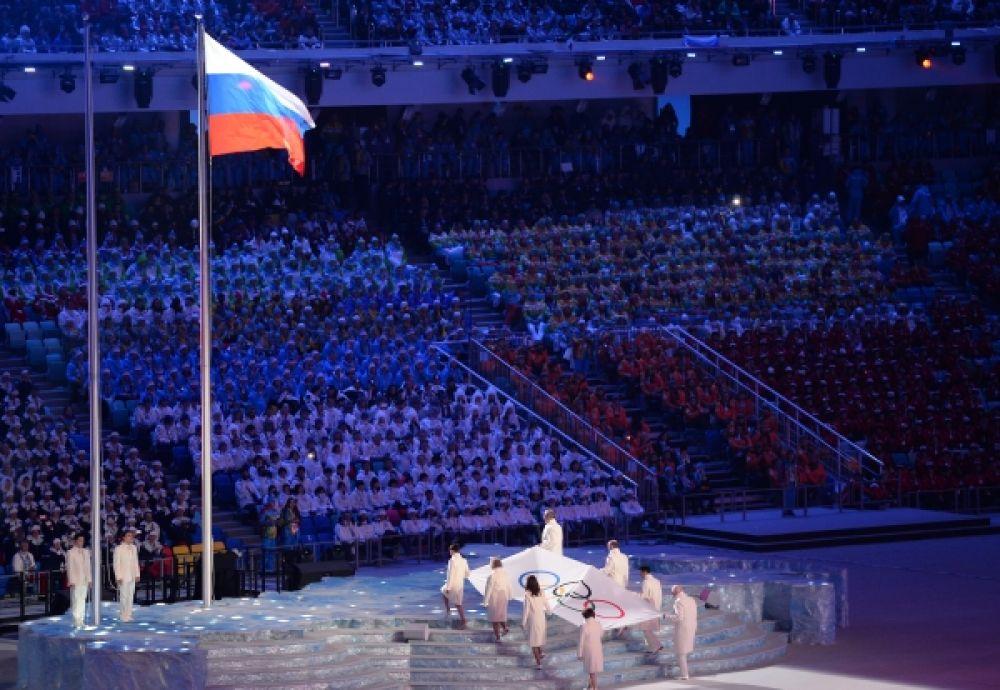 Вынос Олимпийского флага.