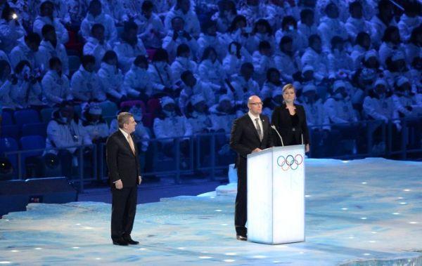Глава АНО «Оргкомитет «Сочи 2014» Дмитрий Чернышенко (в центре) и президент МОК Томас Бах выступает с приветственной речью