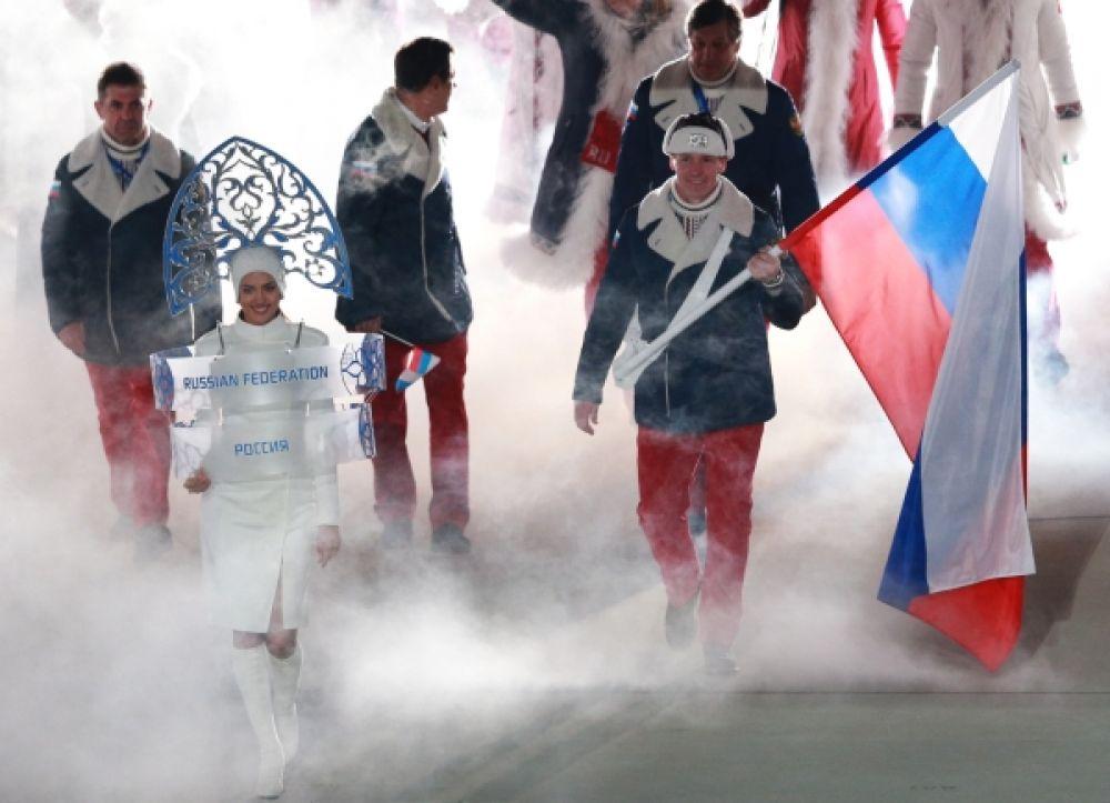Выход самой многочисленной сборной - сборной России. На фото: знаменосец сборной Александр Зубков