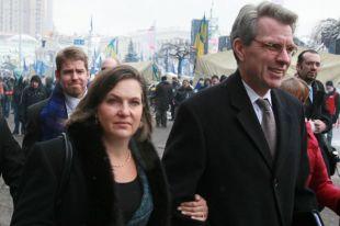 Заместитель госсекретаря США Виктория Нуланд и посол США в Украине Джеффри Пайетт после встречи с лидерами украинской оппозиции на площади Независимости в Киеве